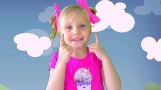 Alicia y su hermana divierten jugando al doctor por muñecas