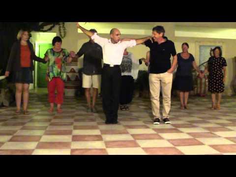 Golden Beach Syrtaki wird beigebracht, Die Gäste  tanzen mit