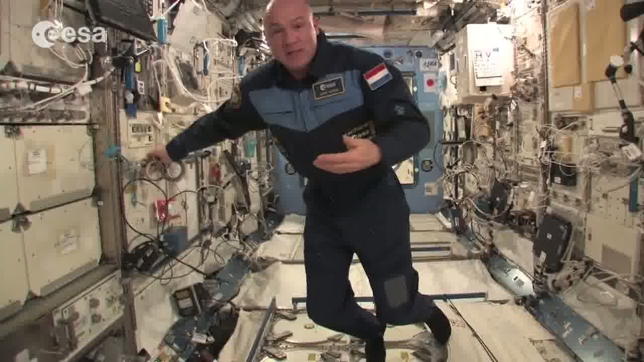 astronaut gives home tour in space - photo #7