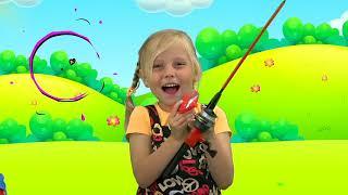 Alicia y hermanas juegan al escondite con trajes verdes mágicos y bromean con papá