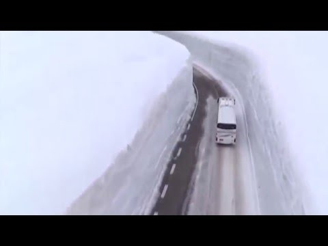 Дорога сквозь снег в горах Японии