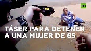 Un policía de EE.UU. emplea una pistola táser con una mujer de 65 años