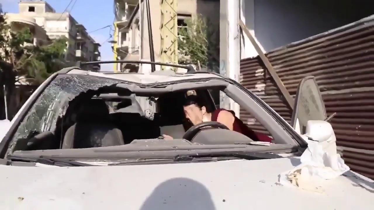 سيدة تحرك سيارتها بعد تفجير بيروت