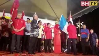Najib lancar Bendera Larian, setem khas UMNO Ke-71