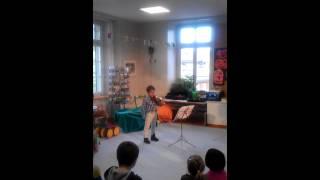 Максим играет на скрипке.1 год обучения  Maxim spielt Geige.