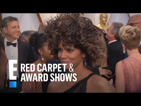 Halle Berry's Outfit Steals the Show at 2017 Oscars | E! Live from the Red Carpet