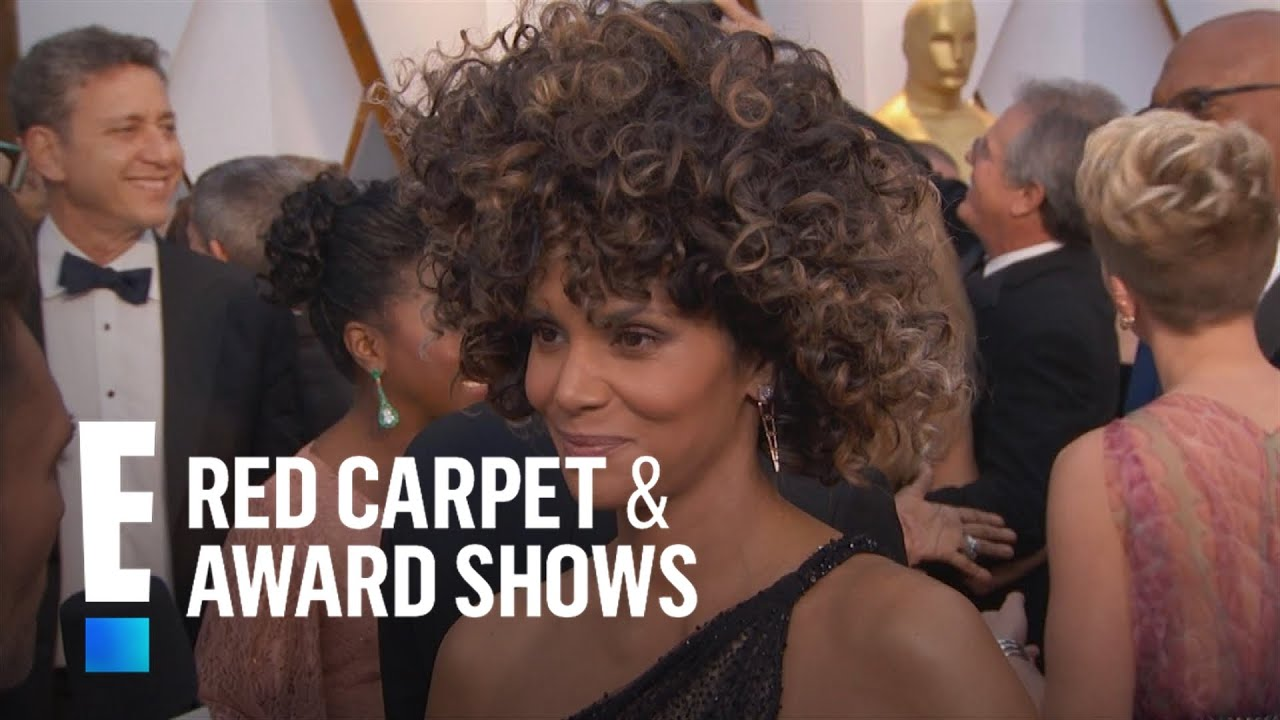 Halle berry 39 s outfit steals the show at 2017 oscars e red carpet award shows youtube - Watch e red carpet online ...