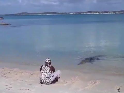 Un indígena australiano juega con su mascota