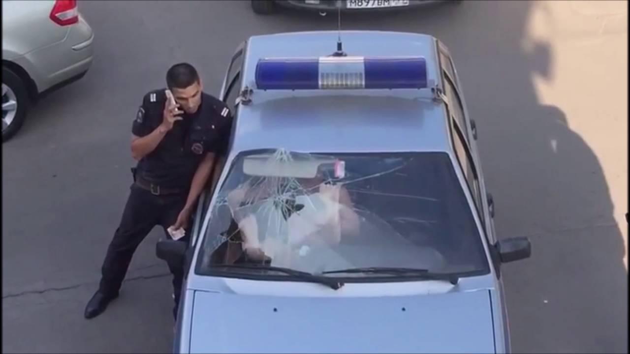 une femme russe bourr e dans une voiture de polic youtube. Black Bedroom Furniture Sets. Home Design Ideas