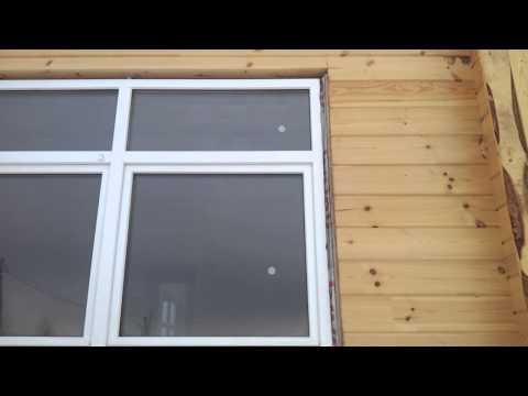 монтаж окон с лентами в доме из клееного бруса