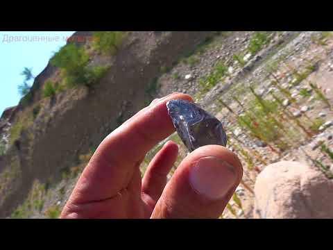 Камень белый Топаз добывают на карьере