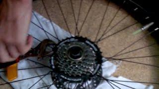 Как снять звездочки с заднего колеса велосипеда(Съем звездочек (кассеты) с заднего колеса велосипеда. Нужен ключ для снятия звездочек, газовый ключ и молот..., 2015-07-07T14:15:29.000Z)