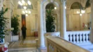 Париж. Прошли в дом правительства внутрь.