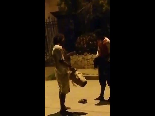 Se pelean en plena calle de El Rodadero por un tambor