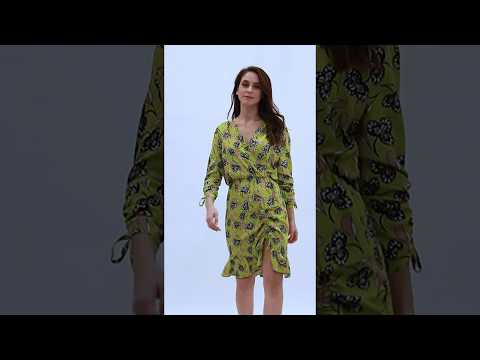 Video: Kobieca sukienka mini z trokami z wiskozy
