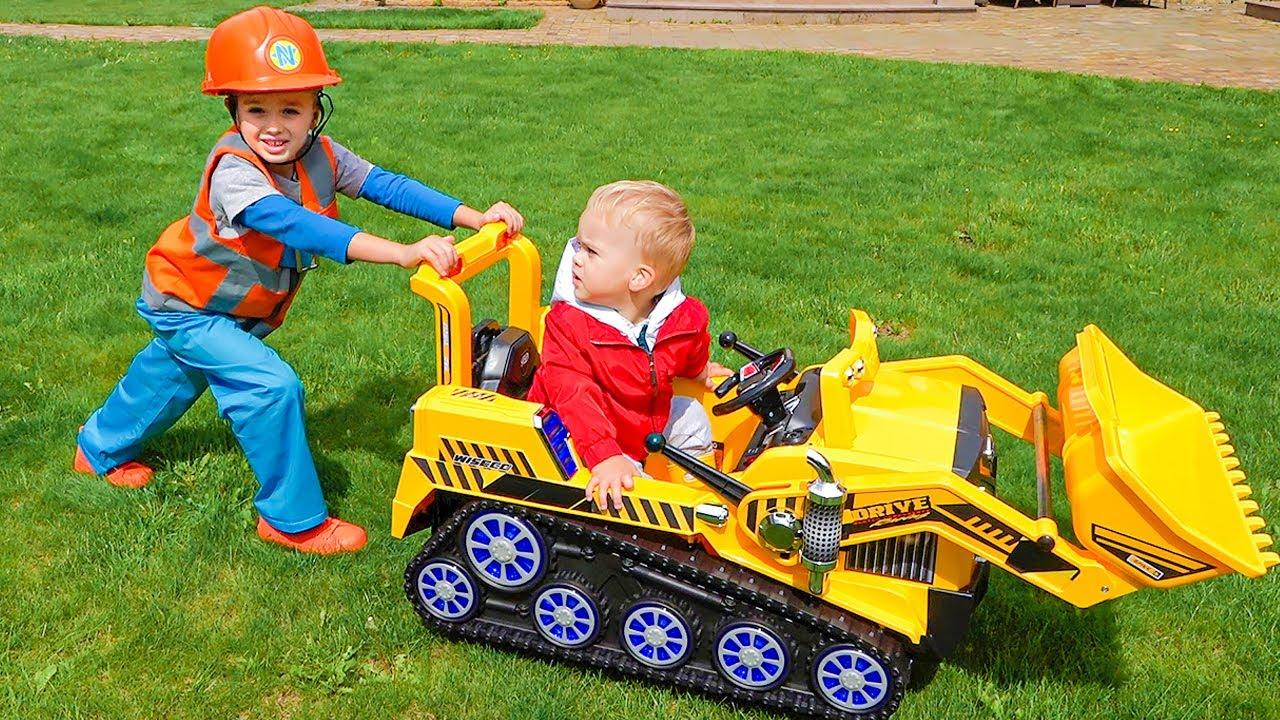 Vlad e Niki brincam com seus próprios brinquedos e ajudam o irmão Chris