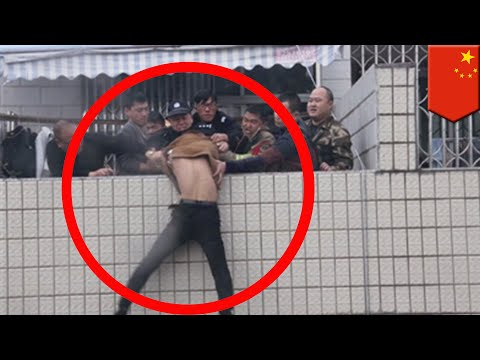 Firefighters in China heroically rescue man from rooftop - TomoNews