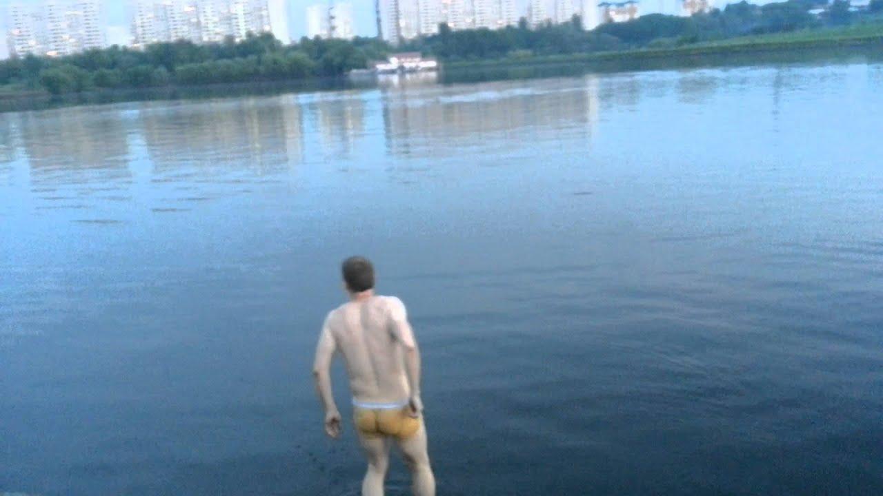 Парни купаются на речке фото 558-427