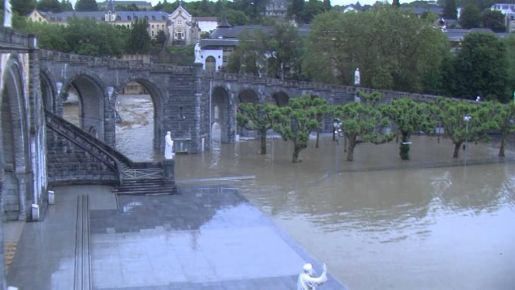 Inondation 2013 Grotte de Lourdes (vidéo 3) mardi 18 juin soir : le Sanctuaire sous les eaux