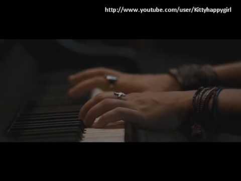 Miley Cyrus play piano /