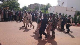 """Attaque à Bamako : """"Les forces spéciales maliennes tentent de prendre en étau les 3 terroristes"""""""