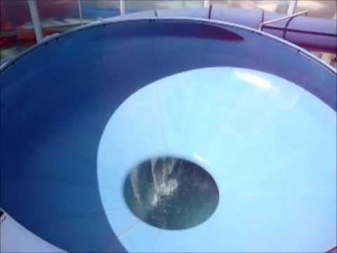 menino de 8 anos vai na privada de parque aquatico