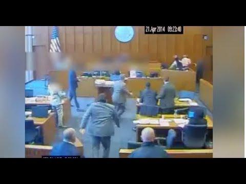 Vrasje në sallën e gjyqit, i pandehuri sulmon me stilolaps dëshmitarin