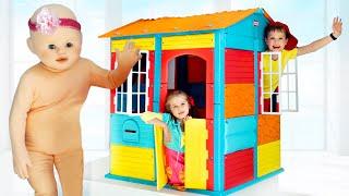 Max y Katy recogen una casa de juegos con un amorcito