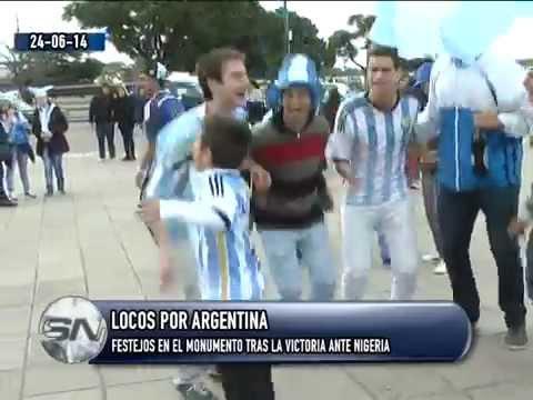 Argentina 3 Nigeria 2  Festejos en el monumento tras la victoria