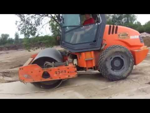 Отсыпка и трамбовка грунта виброкатком перед началом строительства - Steh39.ru