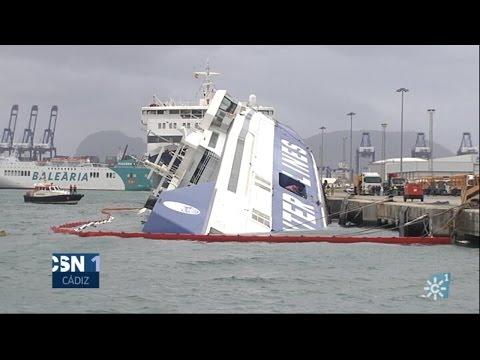 Ferry volcado por el temporal en el puerto de Algeciras