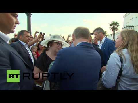 Russia: Putin and Berlusconi enjoy seaside stroll in Yalta