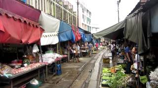 Thailand; Zug fährt mittendurch Markt Mae-Klong bei Amphawa/Thailand