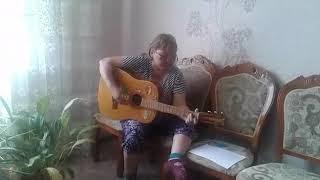 Классно играет на гитаре.