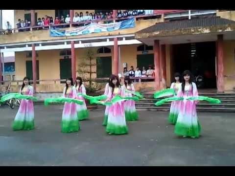 Tiết mục múa Non Nước hữu tình lớp 12A THPT Mạc Đĩnh Chi