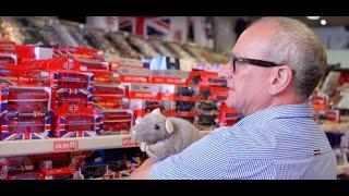 Inside a London souvenir shop with owner Stuart, Londoner #160 streaming