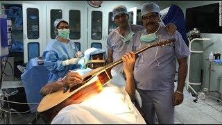 """Ca phẫu thuật có """"1-0-2"""": Bệnh nhân vừa mổ não vừa chơi guitar"""
