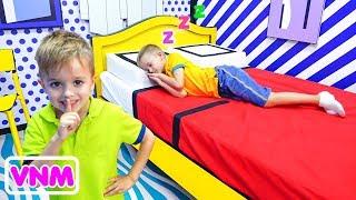 Ngày vui của Vlad và Nikita tại bảo tàng Selfie và trung tâm trò chơi dành cho trẻ em
