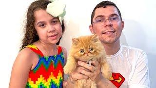 SARAH e o pai COMPRARAM um GATINHO | Sarah won a kitten