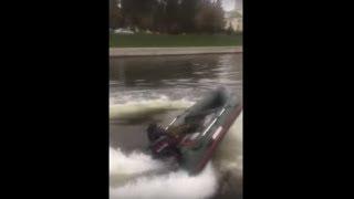 На лодке заклинило газ )))