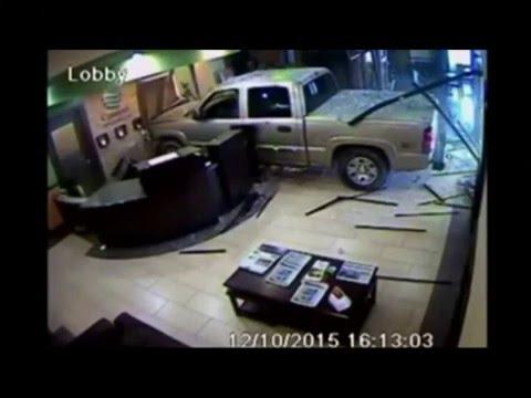 oklahoma m content un client fonce avec sa voiture sur un h tel youtube. Black Bedroom Furniture Sets. Home Design Ideas