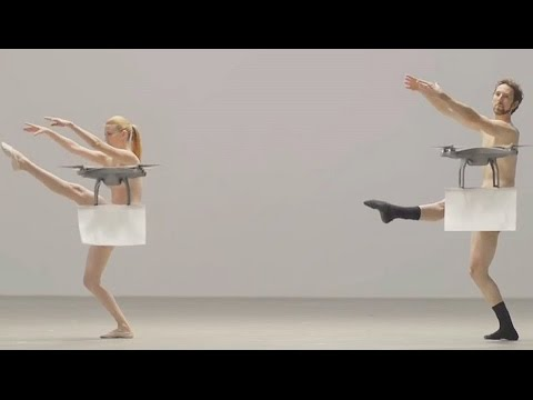 Drohnen begleiten nackte Tänzer