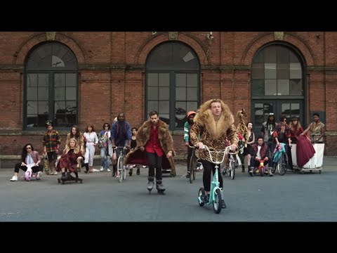 MACKLEMORE & RYAN LEWIS THRIFT SHOP FEAT. WANZ (OFFICIAL VIDEO)