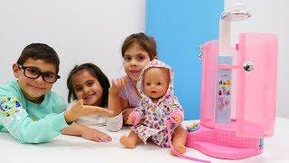 Baby Born oyuncak için Fındık ailesi duşakabin alıyor