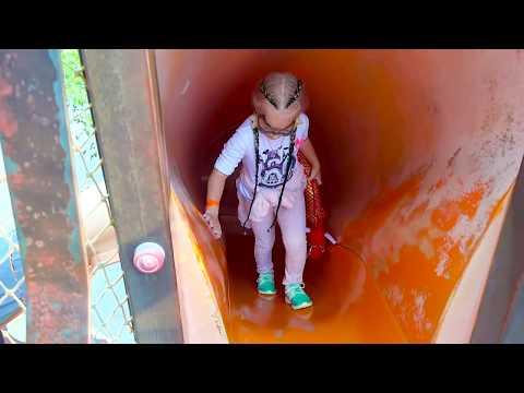 Алиса показывает ПРИКОЛЬНУЮ детскую площадку для детей с горками ! - Видео онлайн