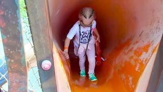 Алиса показывает ПРИКОЛЬНУЮ детскую площадку для детей с горками !