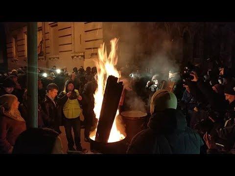 Сторонники Саакашвили жгут бочки около СИЗО | Страна.ua
