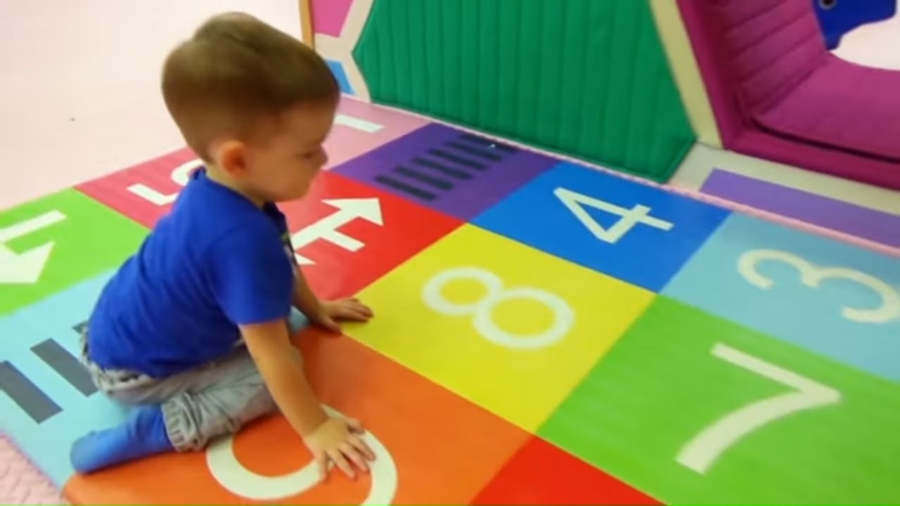 Егор и Кирилл учат цифры и цвета на английском языке ...