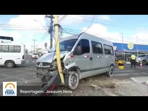Condutor perde o controle de van, atinge semáforo e derruba radar na avenida Maria Quitéria