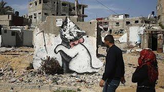 El grafitero Banksy deja su impronta en la Franja de Gaza